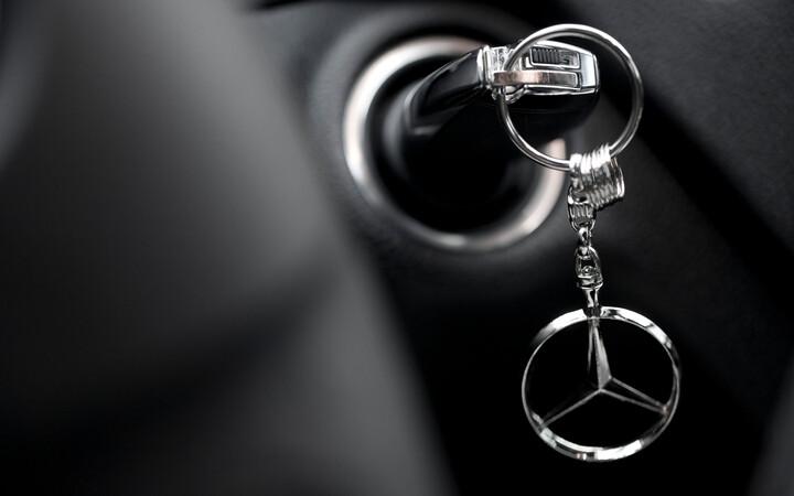 new mercedes car keys in ignition